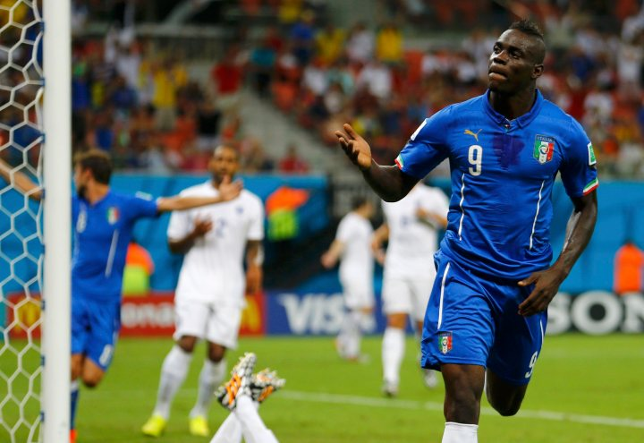 Italy's Mario Balotelli celebrates after scoring a goal past England's goalkeeper Joe Hart during their 2014 World Cup Group D soccer match at the Amazonia arena in Manaus June 14, 2014. REUTERS/Ivan Alvarado (BRAZIL  - Tags: SOCCER SPORT WORLD CUP)   ORG XMIT: STA106